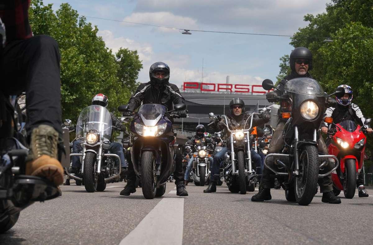 In Stuttgart kamen nach Angaben der Polizei am frühen Nachmittag bis zu 8000 Motorradfahrer zusammen. Foto: Andreas Rosar Fotoagentur-Stuttg/Andreas Rosar Fotoagentur-Stuttg