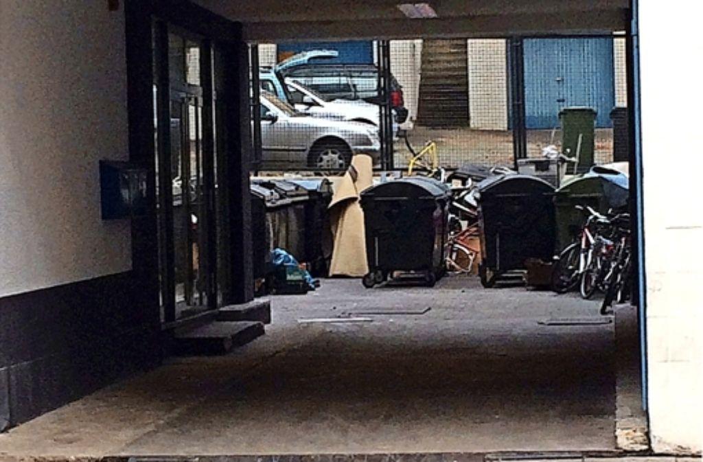 Der Hof in der Böblinger Straße 18 lädt allenfalls Müllsammler ein. Foto: Nina Ayerle