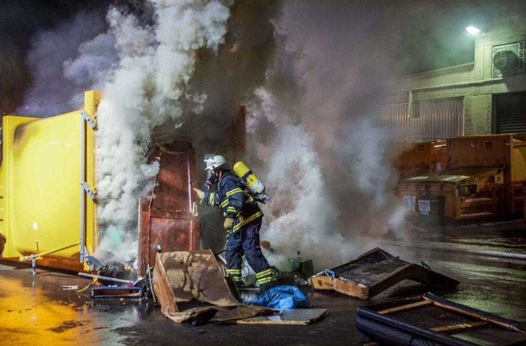 Die Feuerwehr ist auf einem Wertstoffhof in Sindelfingen im Einsatz. Foto: SDMG/SDMG / Dettenmeyer