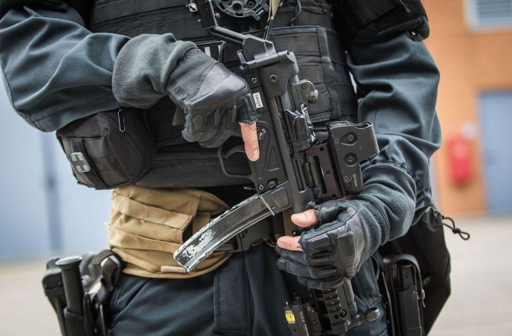 Mit einer Waffe in der Hand ist ein Rapper durch die Innenstadt in Dortmund gefahren (Symbolbild). Foto: dpa