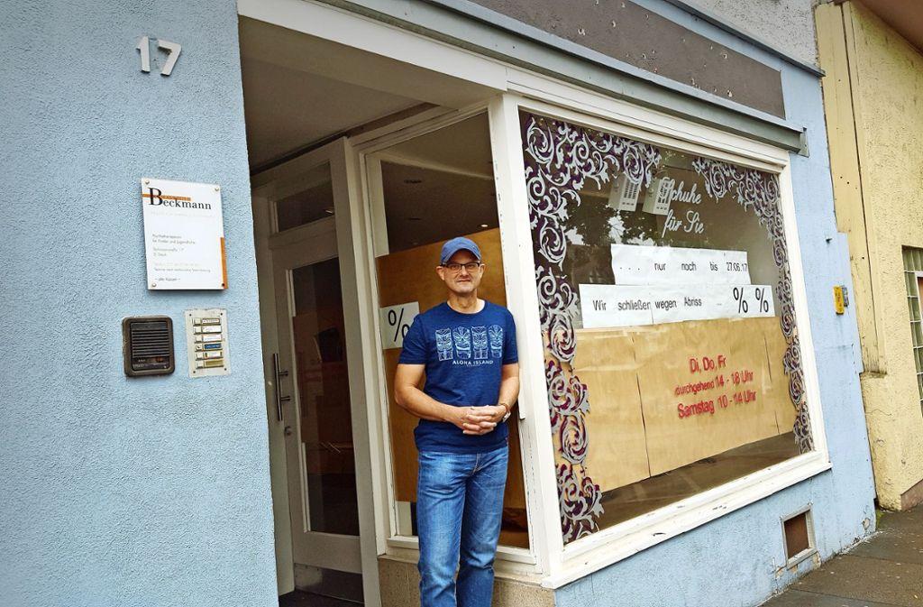 In seinem Blog hat Heiko Stobinski in den vergangenen Jahren immer wieder  die vielen Abrisse in der Göppinger Innenstadt kritisiert. Hier steht er  vor einem Gebäude in der Schützenstraße, dessen Nachbarhäuser bereits Geschichte sind. Foto: Schnebeck