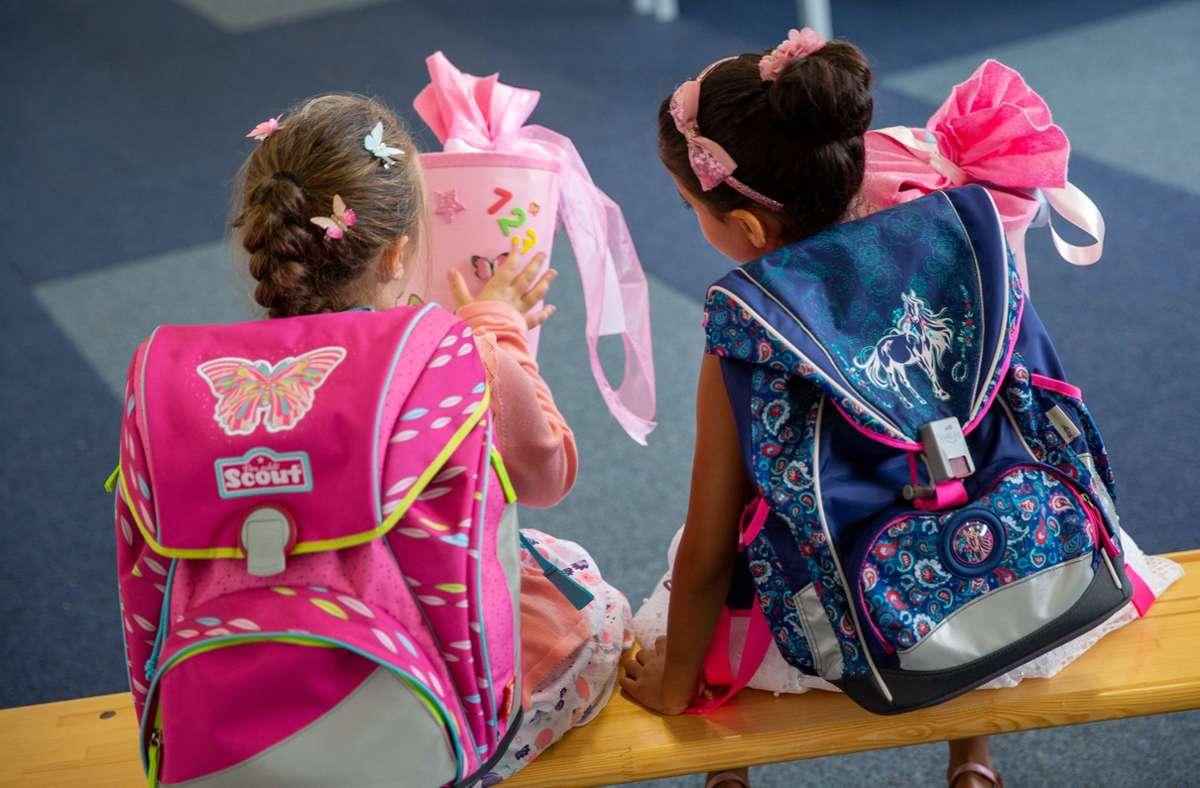 Zwei Schülerinnen an ihrem ersten Schultag (Archivbild) Foto: Leif Piechowski/Leif Piechowski