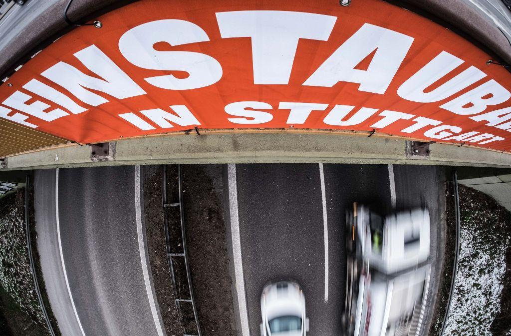 Die Banner über den Zufahrtsstraßen werden wieder abgehängt. Foto: Lichtgut/Max Kovalenko