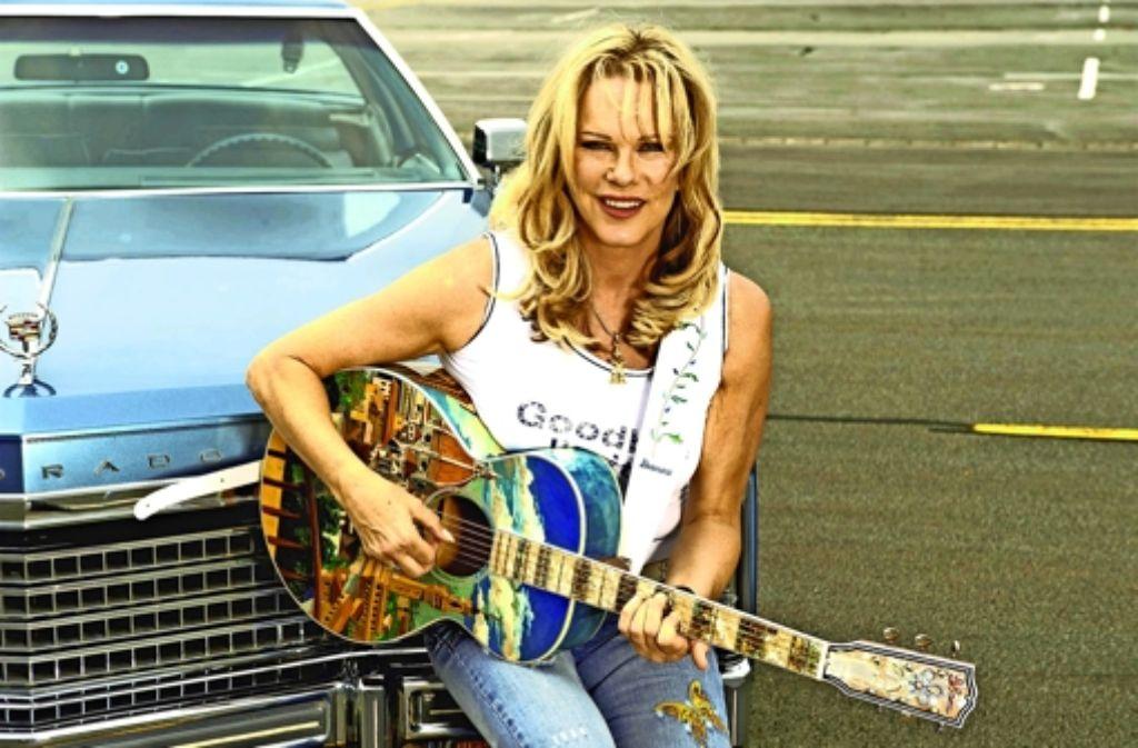 """So kennt man sie: Lisa Fitz mit ihrer auffälligen  Gitarre namens """"La Florentina"""" Foto: StZ"""