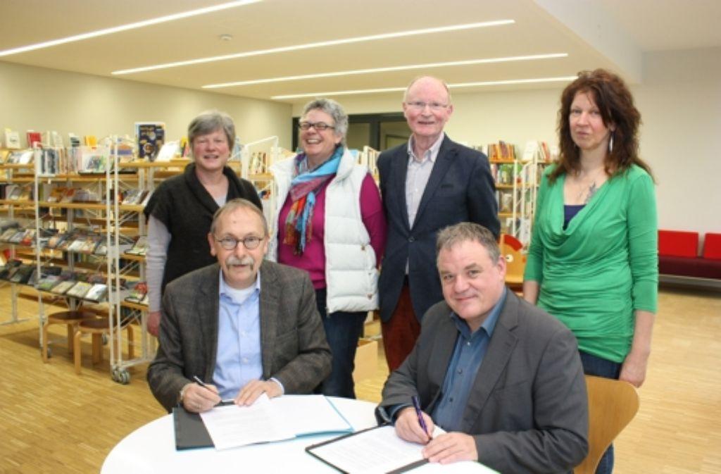 Im neuen Domizil der Leihbibliothek wird ein neuer Vertrag unterzeichnet. Foto: Natalie Kanter