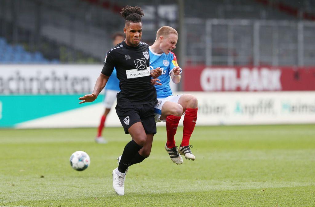 Rumms – und tschüss! Daniel Didavi vom VfB Stuttgart foult und fliegt in Kiel vom Platz. Foto: Baumann