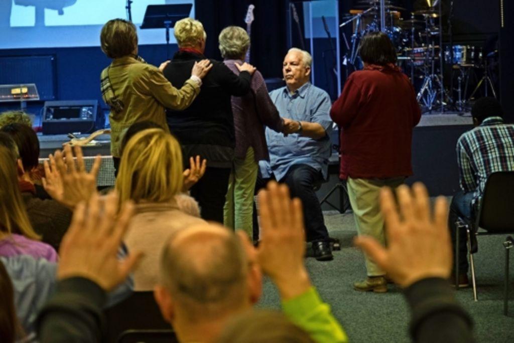 Mit reinem Handauflegen will der Prediger Billy Smith  drei Damen gleichzeitig von ihrem Nierenleiden befreien. Foto: factum/Weise