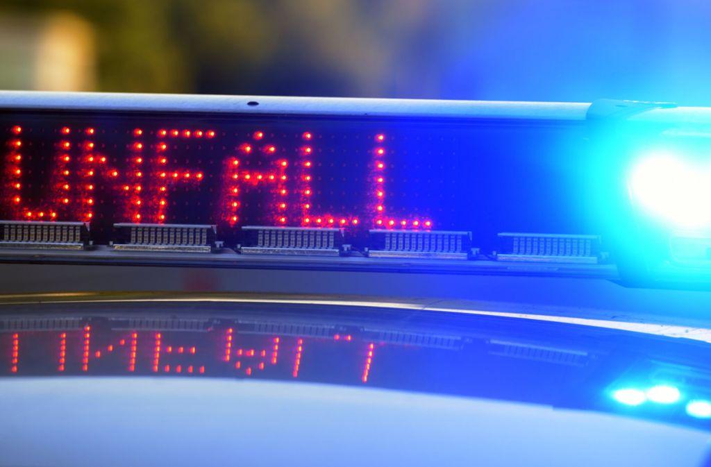 Die Polizei meldet einen schlimmen Verkehrsunfall auf der A9. Foto: dpa