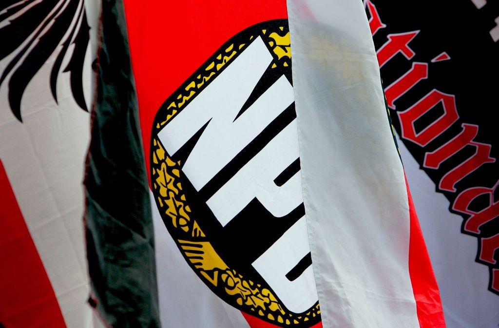 Die NPD darf ihre Fahnen auch weiterhin schwingen. Foto: dpa