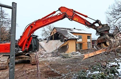 In der Lembergstraße soll ein neues Gemeindezentrum entstehen. Das alte Pfarrhaus musste dafür abgerissen werden. Foto: factum/Granville