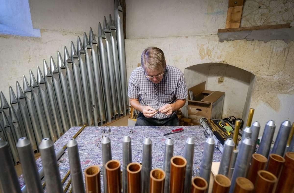 Der Orgelbaumeister Klaus Rensch hat mit zwei Mitarbeitern alle Pfeifen ausgebaut Mehr Bilder finden Sie in unserer Bildergalerie. Klicken Sie sich durch. Foto: factum/Simon Granville