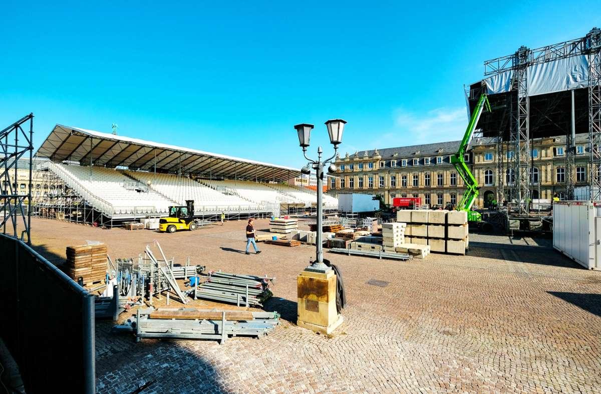 Im Ehrenhof des Neuen Schlosses werden die Tribüne und die Bühne für die Jazz Open aufgebaut. Foto: Lichtgut/Leif Piechowski