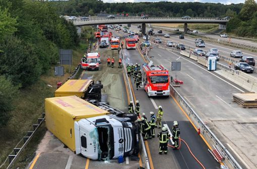 Lastwagen auf der Autobahn 8 umgekippt