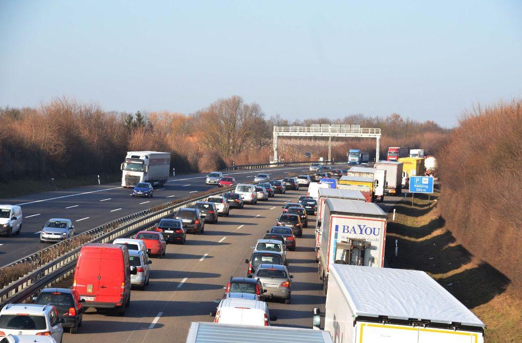 In und um   Stuttgart  stehen  Autofahrer häufig im Stau Foto: Andreas Rosar Fotoagentur-Stuttg