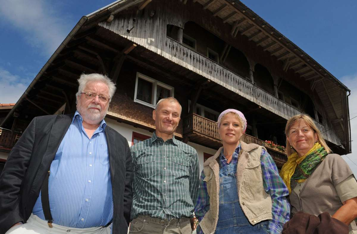 """Peter Schell (zweiter von links) hier zu sehen neben weiteren Schauspielern von """"Die Fallers"""". Der 64-Jährige ist am Donnerstag in Baden-Baden gestorben. (Archivbild) Foto: dpa/Patrick Seeger"""