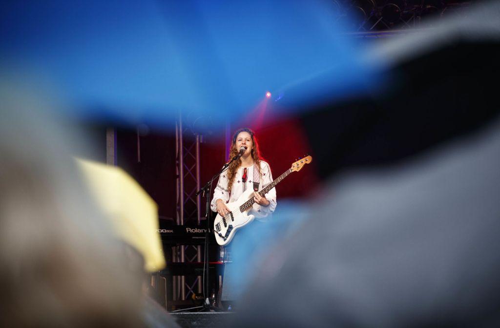Gut beschirmt stehen die Festivalbesucher vor der Bühne am Ebnisee. Foto: