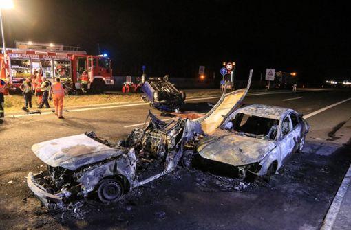 Zwei Menschen verbrennen in Auto