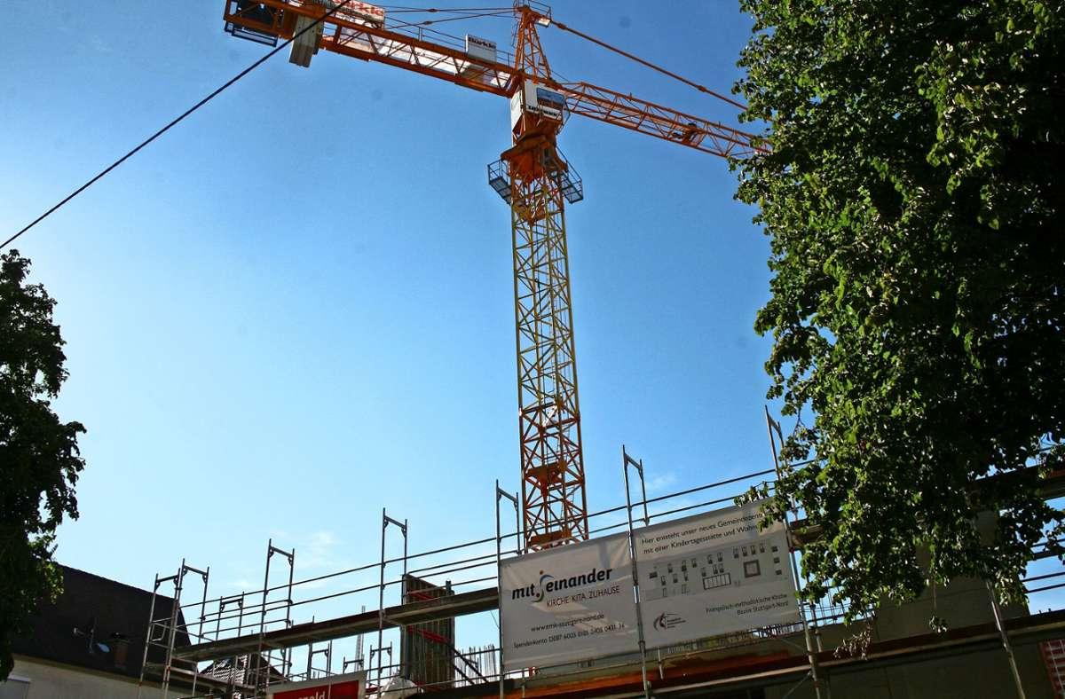 An der Burgenlandstraße 106 bis 108 entsteht ein neues Gebäude – mit Gemeindezentrum, Kindertagesstätte, Tiefgarage  und acht Wohnungen. Foto: Torsten Ströbele