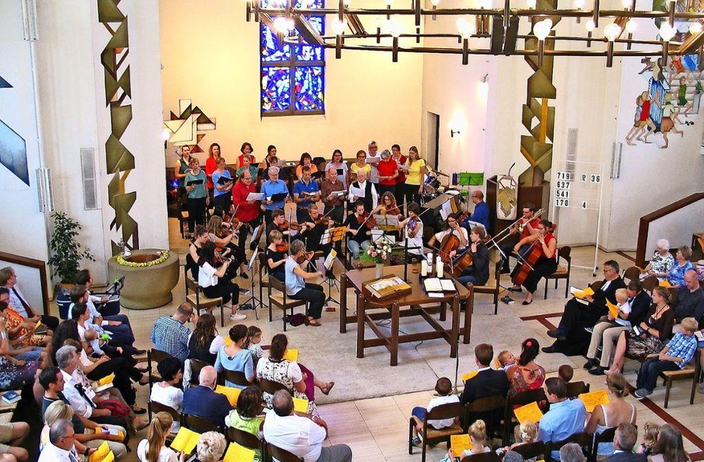 Die Pauluskirche in Zuffenhausen war am Sonntagmorgen zum Auftritt des  Pop-Projektchores und dem  Ensemble der Stuttgarter Musikschule gut besucht. Foto: Susanne Müller-Baji