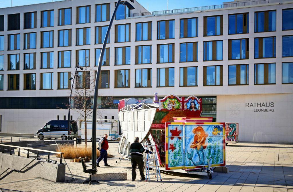 Auf dem neuen Rathausvorplatz   entsteht  zum Pferdemarkt ein Ableger  des Rummels an der Steinstraße. Foto: factum/Granville