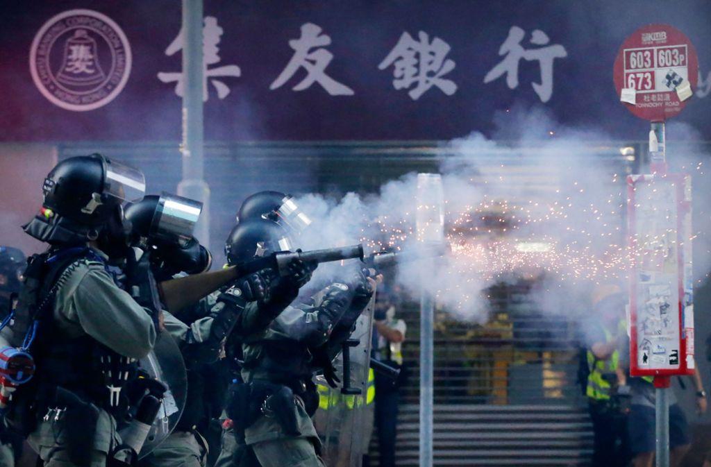Die Proteste in Hongkong sind nach dem Tod eines Studenten erneut entflammt – wieder ziehen Polizisten ihre Waffen.(Archivbild) Foto: dpa/Dita Alangkara