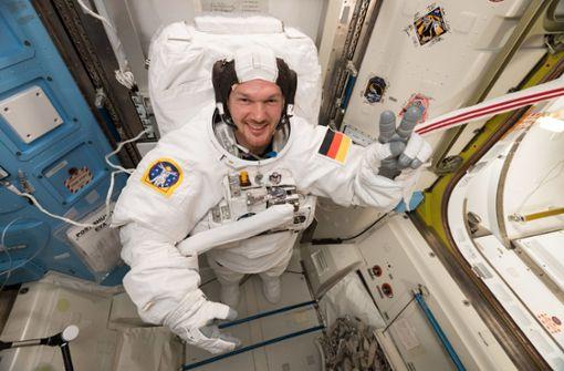 Astronaut plant ein sportliches Weihnachten