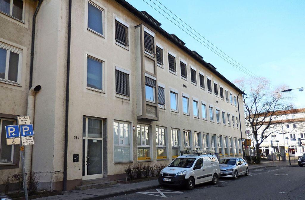 Zwei speziell für  Carsharing-Fahrzeuge ausgewiesene Stellplätze sind vor dem Gebäude Augsburger Straße 380 geplant. Foto: Elke Hauptmann