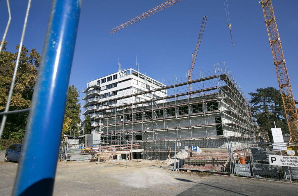 Das Göppinger Landratsamt ist gegenwärtig eine Baustelle. Trotzdem liefen dort die Drähte am Wahlabend zusammen. Foto: Pressefoto Horst Rudel