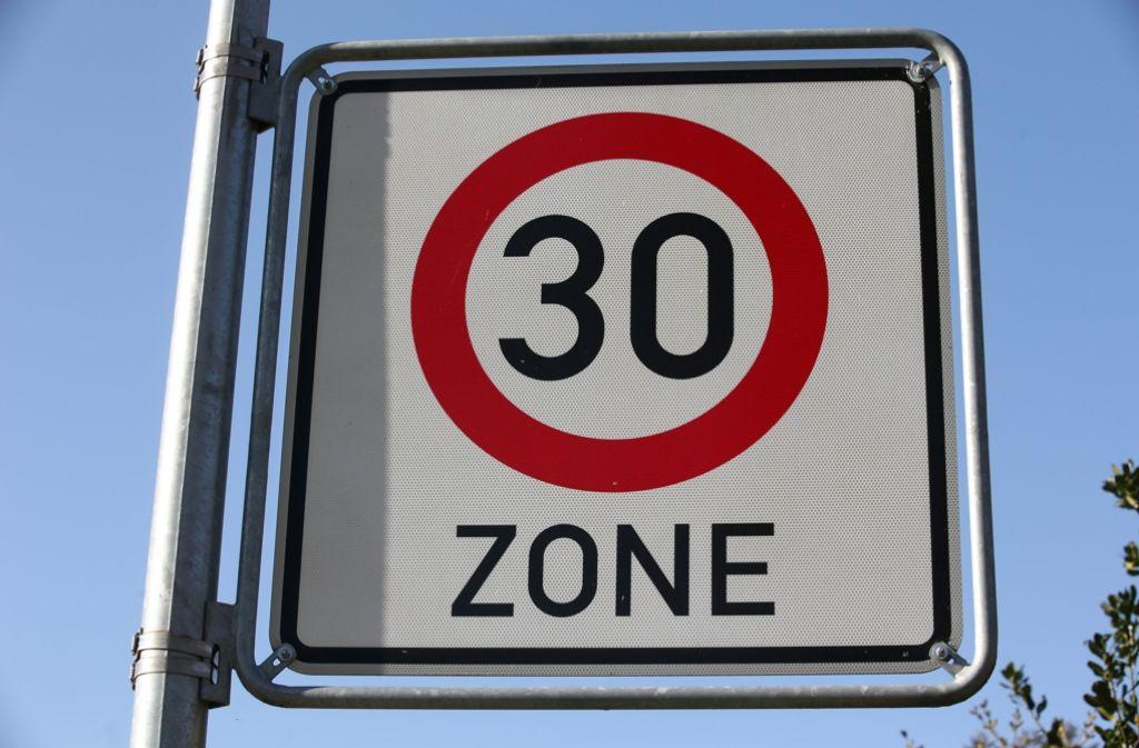 Der ADAC hat sich gegen generelles Tempo 30 in Städten ausgesprochen. Der Feinstaubgehalt in der Luft würde dadurch nicht gesenkt. (Symbolfoto) Foto: dpa-Zentralbild