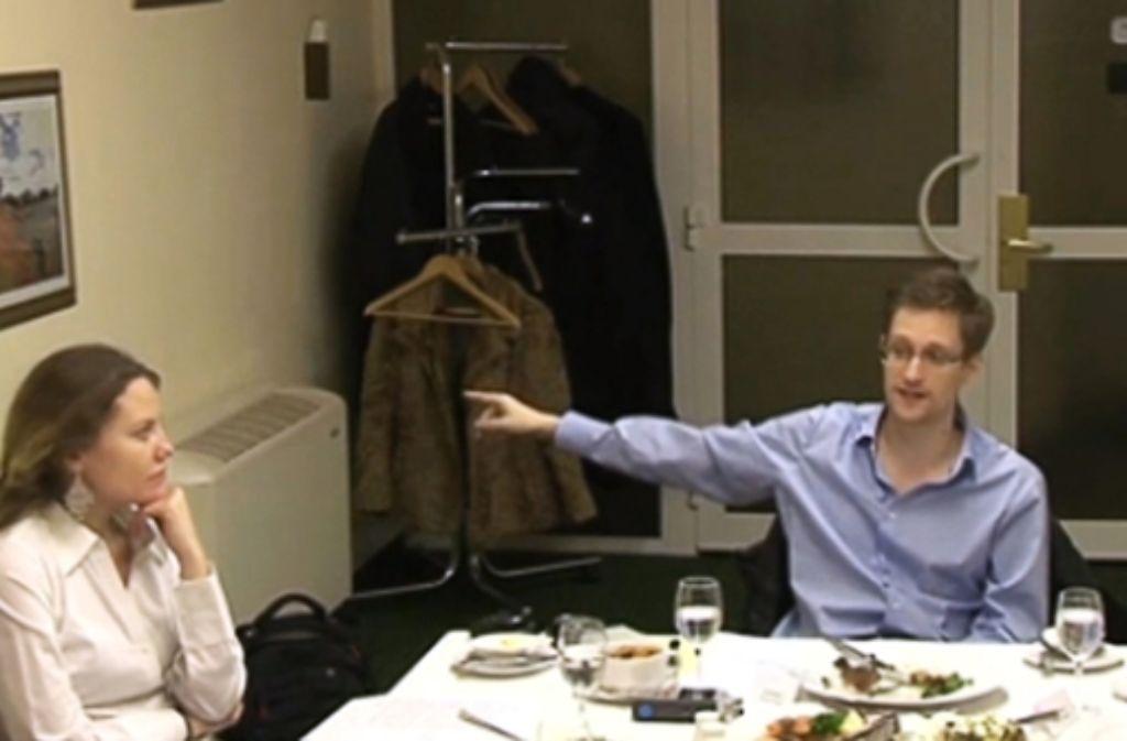 Edward Snowden mit seiner Unterstützerin Sarah Harrison, die sich momentan in Berlin aufhält. Foto: Wikileaks/dpa
