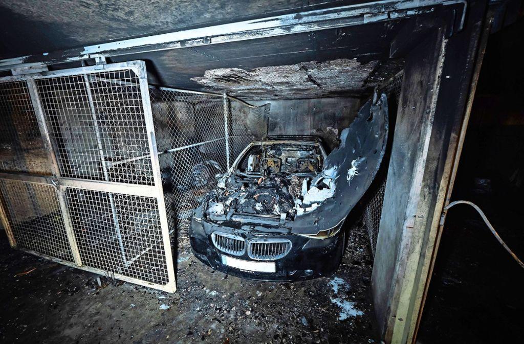 Der BMW und mehrere Autoreifen hatten Feuer gefangen. Foto: 7aktuell.de/Alexander Hald