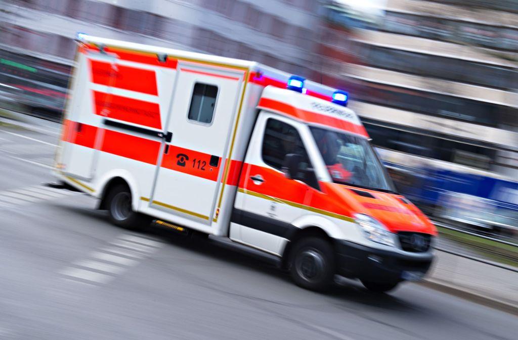 Der Rettungsdienst bringt die Verletzte in eine Klinik. Foto: picture alliance / Nicolas Armer