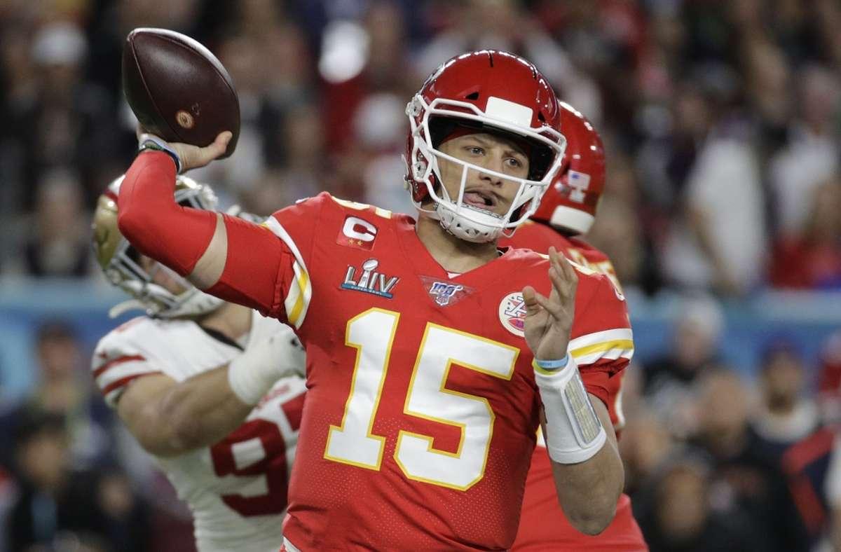 2020 führte Quarterback Patrick Mahomes die Kansas City Chiefs zum Triumph im Superbowl über die San Francisco 49ers – nun stehen ihm die Tampa Bay Buccaneers um Tom Brady noch im Weg. Foto: AP/Patrick Semansky