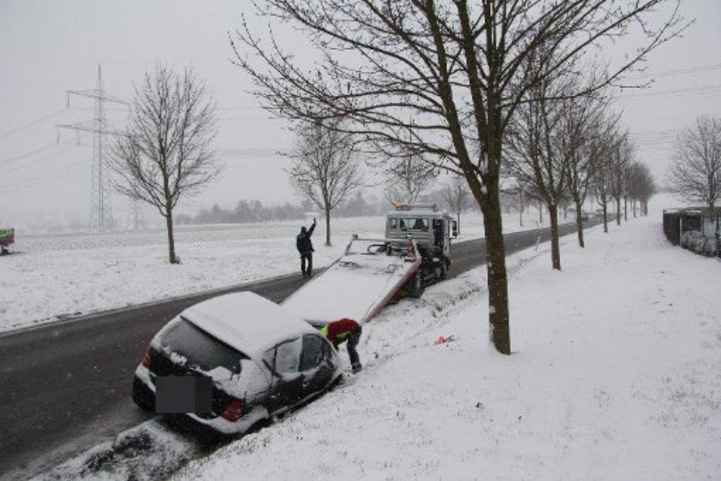 Der Wintereinbruch am Montagmorgen sorgte für viele Unfälle, wie im Kreis Esslingen: Eine 40-jährige Mercedes-Fahrerin musste am gegen 7.40 Uhr auf der L1207 zwischen Wernau und Freitagshof in einer Fahrzeugschlange abbremsen. Auf schneebedeckter Fahrbahn geriet ihr Fahrzeug ins Rutschen und landete im Straßengraben. Foto: www.7aktuell.de |