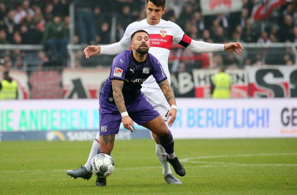 Marco Alvarez im Duell mit VfB-Kapitän Marc-Oliver Kempf. Foto: Pressefoto Baumann/Julia Rahn