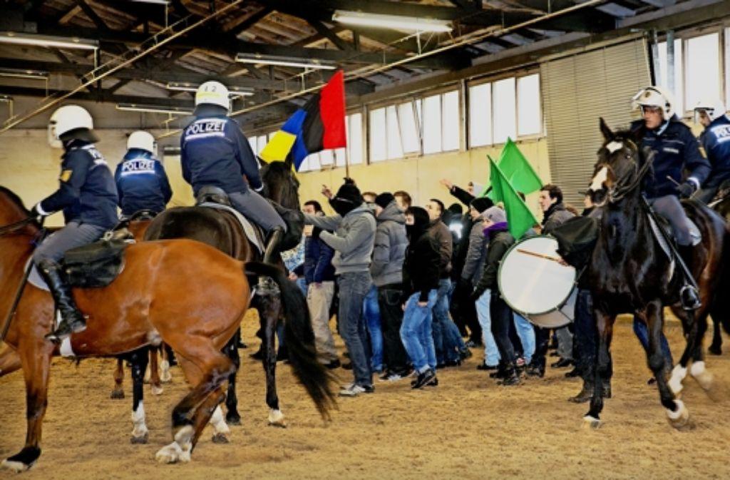 Probe eines typischen Einsatzes für die Polizeipferde: Polizeibeamte simulieren Fußball-Fans und  randalieren, trommeln und werfen Flaschen. Foto: Horst Rudel