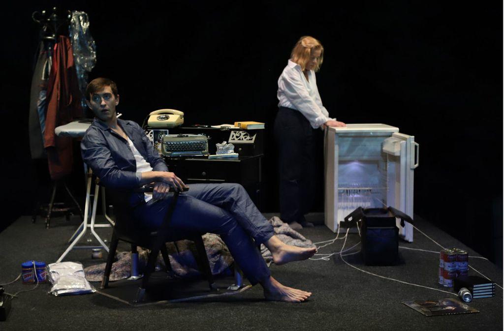 Sie belauern und  umschmeicheln sich: Ruben Dietze als Verleger Edward Ridgeway  und Verena Buss als Patricia Highsmith Foto: Sabine Haymann