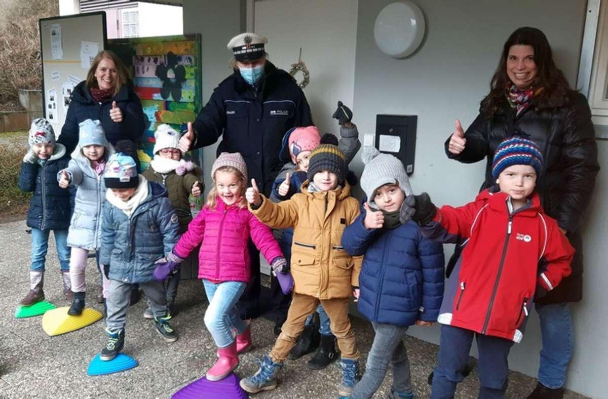 Die Vorschulkinder freuen sich über die Geschicklichkeits-Sets Foto: Polizeipräsidium Ludwigsburg/Polizeipräsidium Ludwigsburg