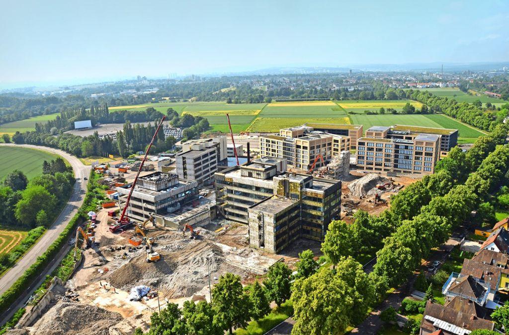 Blick vom Wüstenrot-Hochhaus auf den Campus:  hinten die fertigen Gebäude, vorne die alten Foto:Peter Meuer