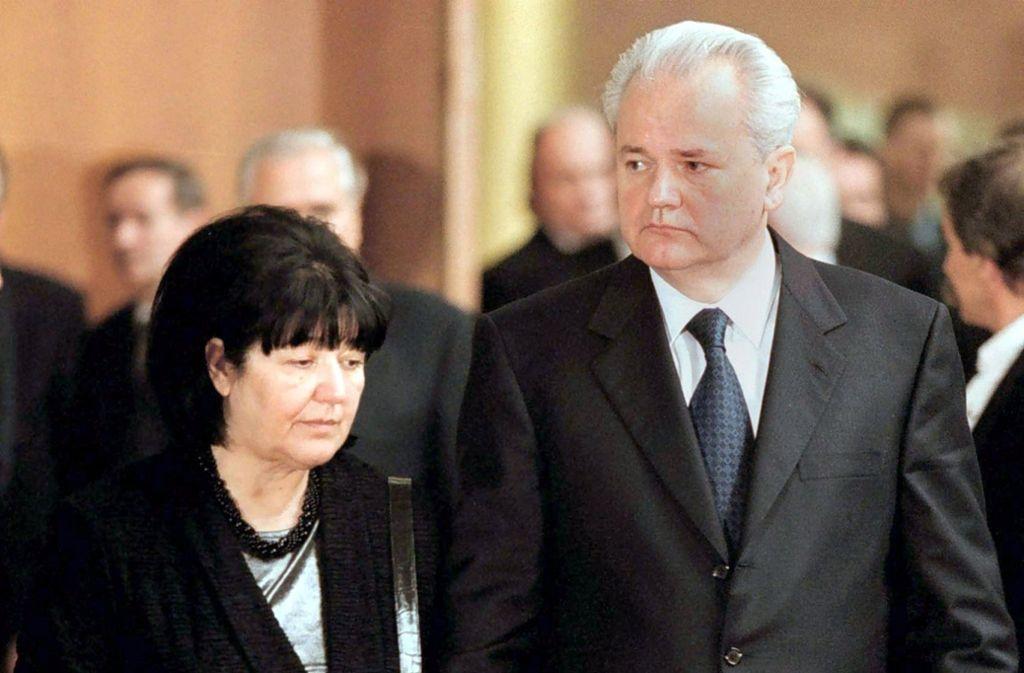 lobodan Milosevic, damaliger Präsident der Bundesrepublik Jugoslawien, und seine Frau Mirjana Markovic stehen bei einer Veranstaltung im Jahr 2000 nebeneinander. Foto: epa