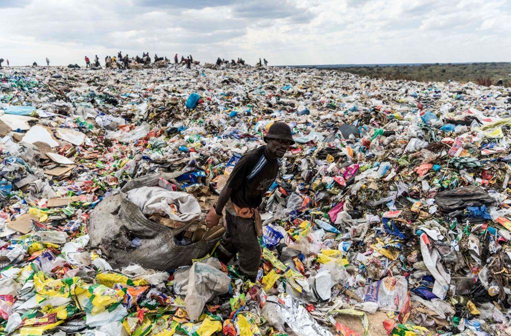 Müllberge in Bulawayo, Simbabwe. Kunststoffabfälle sind deshalb so problematisch, weil sie nicht verrotten. Foto: AFP