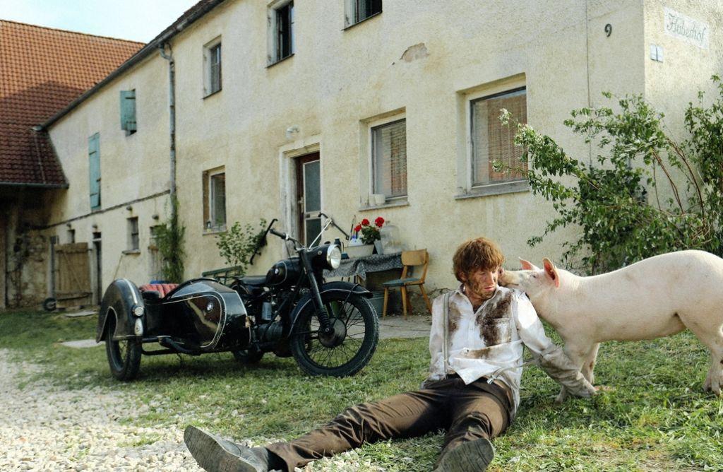 """Kleinbauer Huber am Ende: Ihm ist wenig mehr geblieben als sein Motorrad und das Titeltier von """"Die letzte Sau"""". Foto: Dr"""