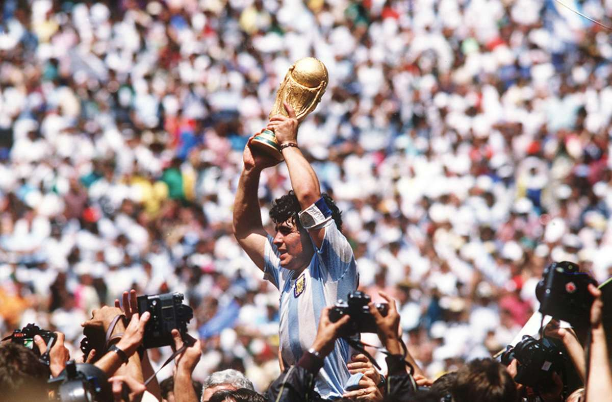 Diego Maradona bei seinem vermutlichen größten Erfolg, dem Sieg der Fußballweltmeisterschaft 1986. . Foto: Baumann