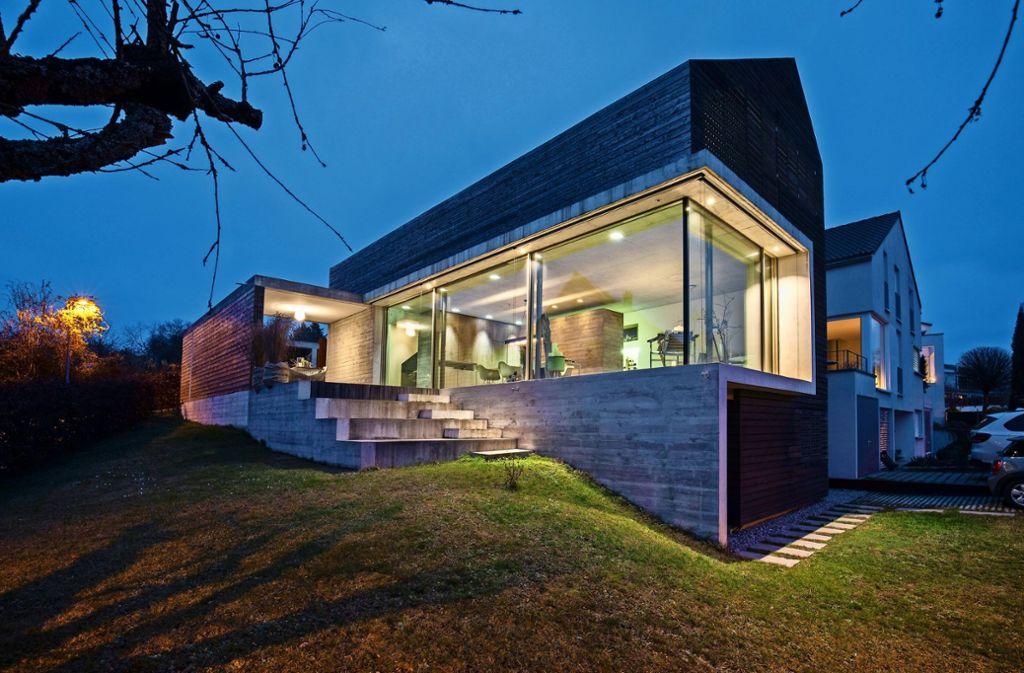Die große, über Eck gezogene Fensterfront und das asymmetrische Satteldach geben dem Haus ein eigenes  Gesicht. Foto: Michael Steinert