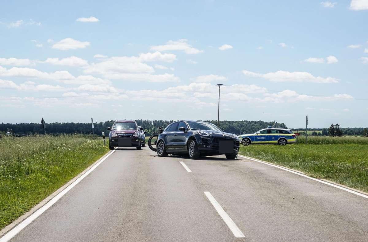 Der Motorradfahrer war wohl beim Überholen in einen Porsche gekracht. Foto: SDMG