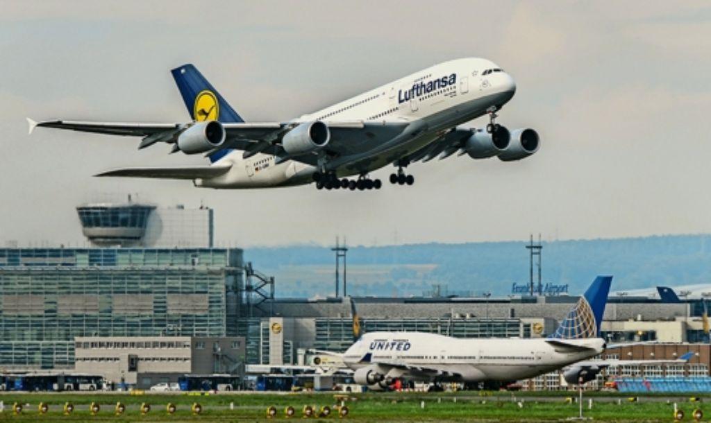 Eine A380, das Flaggschiff der Lufthansa, hebt von der Heimatbasis Frankfurt ab. Foto: dpa