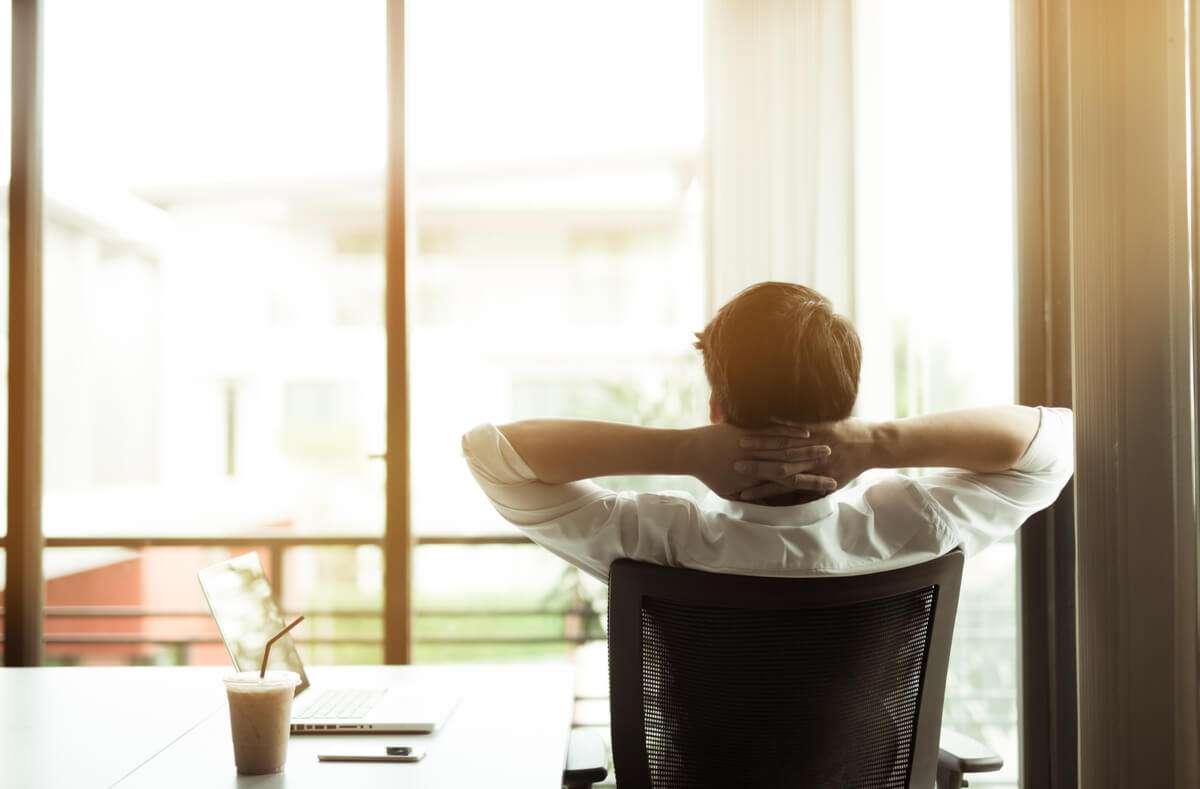 Wir zeigen Ihnen, wie Sie Ihren Bürostuhl richtig einstellen. Ergonomisch und gesund sitzen. Foto: GP Pixstock / Shutterstock.com