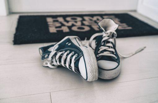 Damit die Wohnung nicht dreckig wird, liegt es nahe, Schuhe im Treppenhaus abzustellen. Aber darf man das überhaupt?