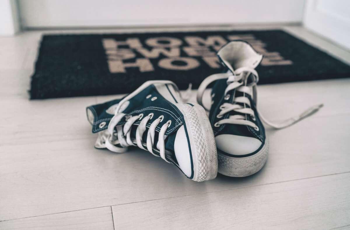 Damit die Wohnung nicht dreckig wird, liegt es nahe, Schuhe im Treppenhaus abzustellen. Aber darf man das überhaupt? Foto: Maridav / Shutterstock.com