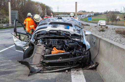 Auto kracht in Lkw – Crash sorgt für riesiges Trümmerfeld